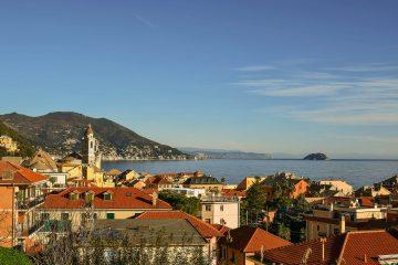 Vista panoramica di Laigueglia con sullo sfondo l'isola della Gallinara | Colonia Marina di Bra - Casa Vacanze Laigueglia
